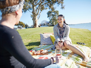 Picnic-on-the-shores-of-Lake-Boga_300x225_web